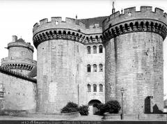 Ancien château - Côté, vue de l'entrée