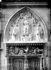 Château - Chapelle Saint-Hubert : tympan et linteau du portail
