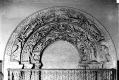 Ancienne abbaye Saint-Aubin, actuelle préfecture - Cloitre : arcatures de la porte de la salle du Conseil