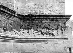 Eglise Saint-Pierre - Bas-relief : litre funéraire