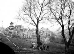 Ancienne abbaye Saint-Etienne - Vue générale prise du nord-est (ouvriers déplaçant une souche d'arbre et deux hommes)