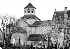 Ancienne abbaye Saint-Etienne - Eglise et bâtiment abbatial, côté est. Groupe d'ouvriers, curé et architecte ou métreur