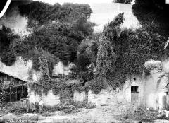 Château - Façade extérieure, chapelle réutilisée en atelier de maréchal-ferrant 'Denaud : posent en premier plan, le maréchal et son ouvrier