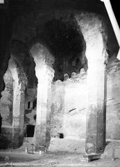 Château - Intérieur : nef et bas-côté gauche, tombes