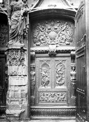 Eglise Saint-Pierre - Portail, partie du trumeau et détail d'une des portes en bois sculpté : vantail droit