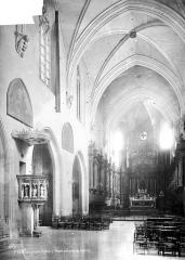 Eglise Saint-Pierre - Intérieur : nef, vue de l'entrée
