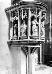 Eglise Saint-Pierre - Intérieur, détail : chaire à prêcher