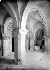 Ancienne abbaye Saint-Pierre - Eglise, porte ouest : intérieur du porche, côté droit
