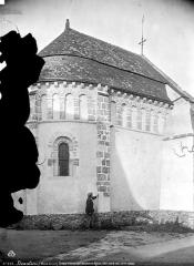 Eglise - Extérieur, choeur roman de l'ancienne église : côté nord-ouest, homme posant devant la façade