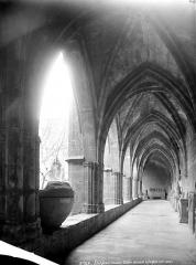 Ancienne cathédrale Saint-Nazaire et cloître Saint-Nazaire - Cloître, intérieur d'une galerie servant de dépôt lapidaire