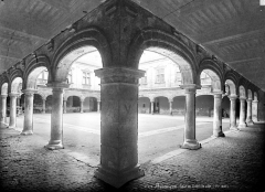 Hôtel de ville - Angle de galeries : vue prise vers la cour