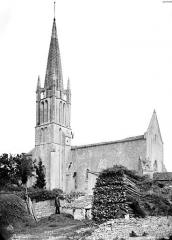 Eglise de la Trinité - Ensemble sud-est, homme en pose et dépôt de bois à droite