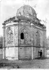 Chapelle de l'ancien cimetière, dite chapelle de Seigne - Côté sud-ouest, fenêtres murées, homme en pose
