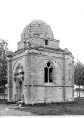Chapelle de l'ancien cimetière, dite chapelle de Seigne - Côté sud-est : entrée et fenêtre dégagée