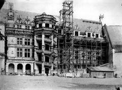 Château de Blois - Escalier et façade François Ier, état pendant restauration