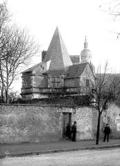Bains de la Reine dénommés aussi Pavillon d'Anne de Bretagne - Façade du côté avenue du Chemin de Fer, deux hommes en pose devant
