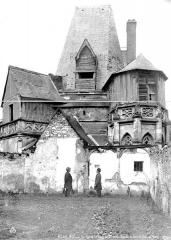 Bains de la Reine dénommés aussi Pavillon d'Anne de Bretagne - Façade du Levant, vue sur cour, deux hommes en pose devant
