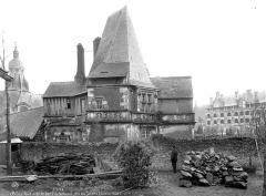 Bains de la Reine dénommés aussi Pavillon d'Anne de Bretagne - Façade, côté des jardins, homme en pose devant