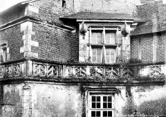 Bains de la Reine dénommés aussi Pavillon d'Anne de Bretagne - Façade, détail : fenêtre et balustrade