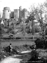 Château de Bonaguil - Ensemble, côté ouest, homme en pose dans le paysage