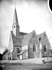 Eglise Saint-Pierre - Ensemble sud-ouest, le curé et un homme en pose devant l'entrée