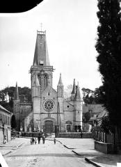 Eglise Notre-Dame - Façade ouest, ensemble, enfants en pose dans la rue