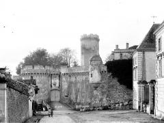 Château - Mur d'enceinte et donjon, côté de l'entrée
