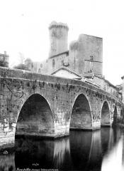 Château - Ensembe, vue prise avec le pont en premier plan