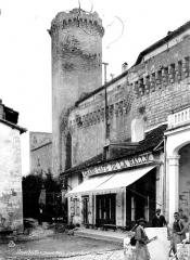 Château - Donjon, ensemble : compagnons tailleurs de pierre au premier plan