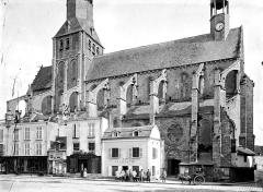 Eglise Notre-Dame - Façade nord, ensemble avec maisons en premier plan : hommes en blouse de travail en pose devant