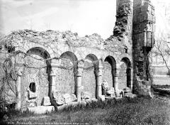 Ancienne abbaye Saint-Florentin - Cloître, restes : dépôt lapidaire