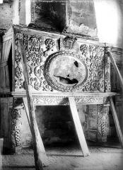 Ruines du château - Intérieur : cheminée avec décor en bois sculpté, étayée