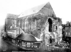 Eglise Saint-Martin - Ensemble ouest avant la construction du clocher : chantier avec compagnons tailleurs de pierre à l'oeuvre