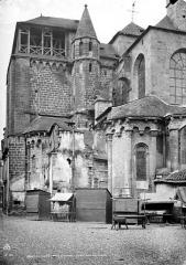 Eglise Saint-Martin - Ensemble, côté de l'abside : échoppes en bois devant la façade