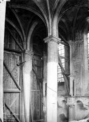 Eglise Saint-Martin - Intérieur : colonnes et chapiteaux de la nef
