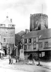 Restes du château - Chatelet et porte d'entrée : ensemble, avec place et monument de Le Marois, homme en pose à côté