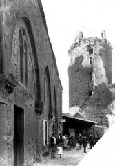 Restes du château - Donjon, côté ouest. Relais de poste à gauche avec groupe de personnes en pose devant