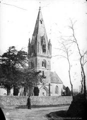 Eglise - Clocher, ensemble sud-est, homme en pose devant le mur du cimetière
