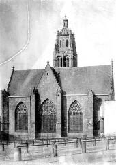 Eglise Notre-Dame - Abside, homme en blouse de travail en pose dans le foirail