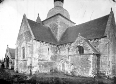 Eglise du Breuil - Façade, côté sud, homme en blouse de travail en pose devant