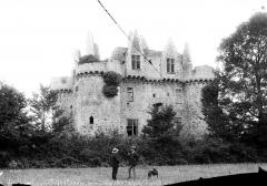 Ruines du château de l'Ebaupinay ou de Baupinay - Fraçade, ensemble nord-est. Deux hommes en conversation accompagnés d'un chien en pose devant