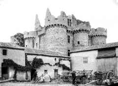 Ruines du château de l'Ebaupinay ou de Baupinay - Ensemble sud-ouest. Au premier plan, famille de paysans dans la cour de leur ferme, bâtiments de ferme maçonnés aux murs du château