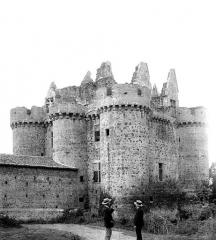 Ruines du château de l'Ebaupinay ou de Baupinay - Ensemble sud-est, deux hommes en conversation en pose devant. Arrière d'un des bâtiments de ferme maçonnés aux murs du château