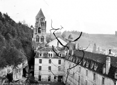 Ancienne abbaye - Ensemble ouest : Cour de l'abbaye, façade arrière du corps de logis, entrée des grottes et clocher de l'église