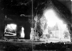 Ancienne abbaye - Grotte et porte de ville : ensemble, vue prise depuis l'intérieur de la grotte