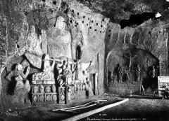 Ancienne abbaye - Grottes, bas-relief sculptés sur les parois : Crucifixion et autre scène religieuse liée à la Résurrection