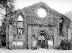 Ancien prieuré - Ancienne église dont une partie en transformée en maison d'habitation, façade ouest. Groupe d'enfants en pose devant
