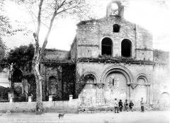 Ancien prieuré - Ancienne église, façade nord. Groupe d'hommes lisant