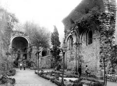 Ancien prieuré - Ancienne église : nef en ruines, réemployée en jardin, deux hommes en pose