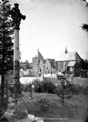 Eglise (église Saint-Pierre et collégiale Saint-Michel réunies) - Ensemble, vue prise du cimetière. Le curé et un jardinier en pose dans le cimetière